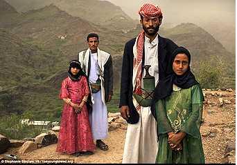 (Ahíja, Yemen. Vestida de verde, Tahani, 8 años, con marido Mejed de 27. Detrás va Ghada, de 8 años, con su marido)