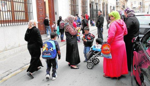 Salida de clase del colegio Patronato de Cartagena, donde estudian decenas de estudiantes de origen marroquí