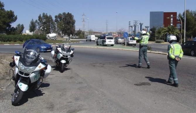 Fotografía facilitada por la Guardia Civil. Dos agentes de la Guardia Civil en un control de tráfico.