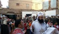 Los cristianos de Nag Shenuda celebraron la Pascua de 2015 en la calle después de que musulmanes locales quemaran su oratorio provisional y atacaran un servicio religioso doméstico.