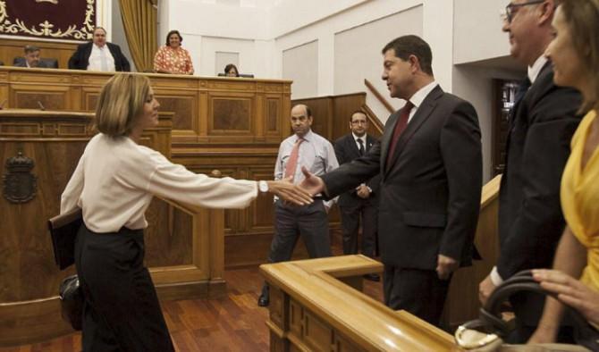 María Dolores de Cospedal saluda a Emiliano García-Page tras su investidura.