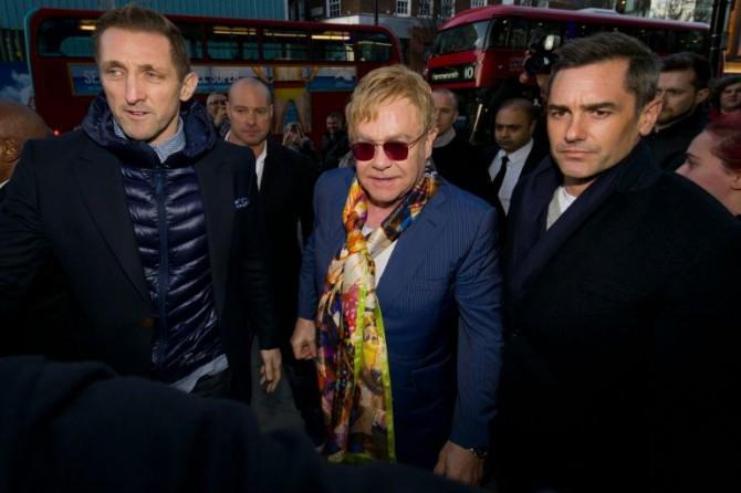 El cantante británico Elton John (c) el 3 de febrero de 2016 en Londres