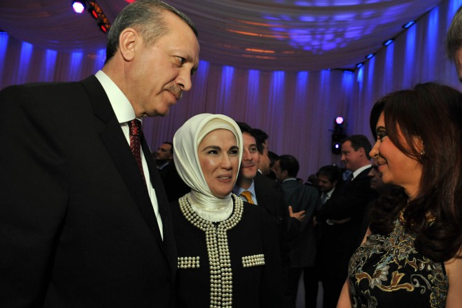 Emine Erdogan junto a su esposo y la ex presidenta argentina