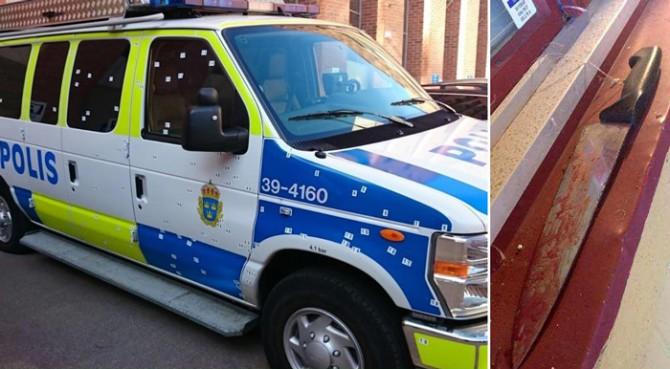 Izquierda: Un furgón de la Policía, repleto de metralla procedente de un ataque con granadas de mano perpetrado en Estocolmo el año pasado. Los cuatro agentes que se encontraban en el vehículo podrían haber muerto si no hubiera estado blindado. El 14 de febrero, un joven de 18 años fue inculpado por el ataque. Derecha: El cuchillo ensangrentado que utilizaron dos hombres para sacrificar una oveja al estilo 'halal' [la manera islámica de sacrificar animales] en una pizzería de Falkenberg. Los hombres fueron imputados el 18 de enero por un delito de crueldad con los animales, dado que la legislación sueca requiere aturdir a los animales antes de matarlos, lo que hace que las matanzas 'halal' sean ilegales en Suecia.