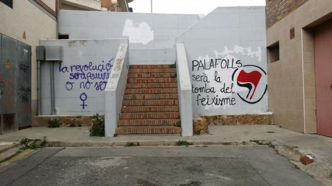 """Una de las pintadas contra el """"feixisme"""" aparecidas en las calles de Palafolls y que el alcalde no ha ordenado borrar"""