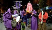 Feministas parodiando la Semana Santa
