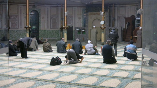 Un grupo de fieles reza en la Gran Mezquita de Bruselas.