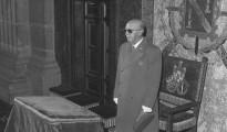 Imagen de archivo de Francisco Franco, presidiendo la celebración del funeral por el rey Alfonso XIII en la basílica del monasterio de El Escorial, en el 32 aniversario de su muerte.