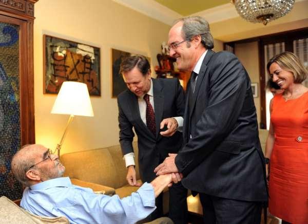 El ministro socialista, Gabilondo, y el Secretario General del PSOE aragonés entregan una condecoración a Labordeta.