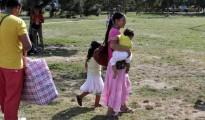 Gitanos rumanos con sus hijos.