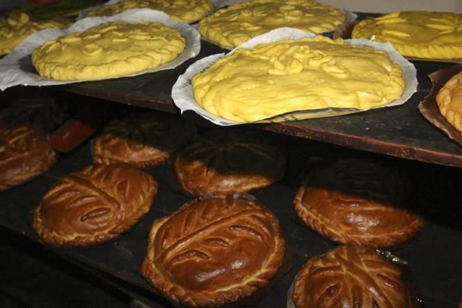 Tras el ayuno cristiano de Semana Santa, muchas zonas de la península ibérica, como Ciudad Rodrigo (Salamanca), Las Hurdes (Cáceres) o pueblos de Portugal comparten la tradición de merendar en el campo durante el Domingo de Pascua la típica empanada de carne.