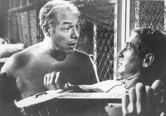 "George Kennedy y Paul Newman, en ""La leyenda del indomable"""