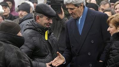 """Kerry, con ocasión de la visita a Ucrania, mezclado entre los manifestantes. Abajo, Mc Cain apoyando a la """"oposición"""" el 15 de diciembre de 2013. ¿Alguien se imagina a un líder de alguna izquierda europea en la Puerta del Sol apoyando a los del 15-M? ¿A Putin saludando a los Occupy Wall Street en Nueva York?"""