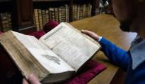 """Remy Cordonnier, librero de Saint-Omer, cerca de Calais muestra el 25 de noviembre de 2014 un ejemplar del """"First Folio"""", de Shakespeare que data de 1623"""