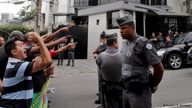 Manifestantes protestan por la detención de Lula frente a su casa de Sao Bernardo do Campo.