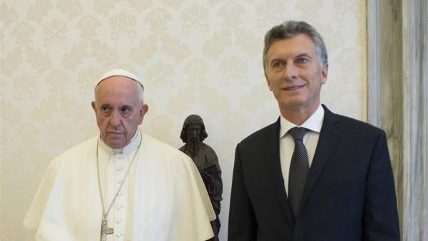 Francisco, con expresión circunspecta, junto al presidente argentino Mauricio Macri