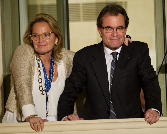 Artur Mas junto a su esposa, Helena Rakosnik, durante la noche del 25N