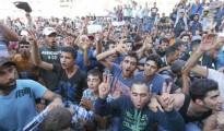 Refugiados sirios festejan su llegada a Europa.