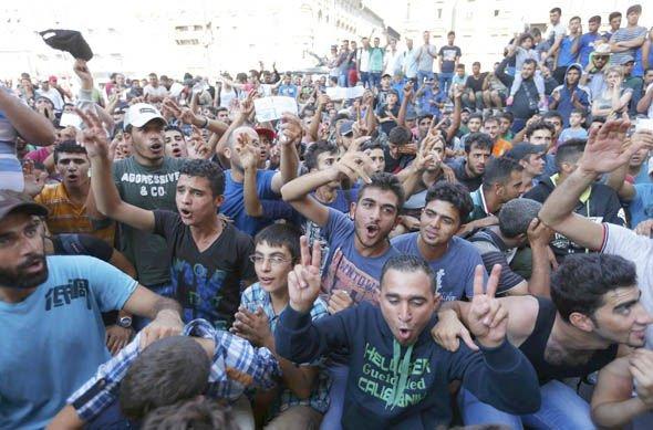 Inmigrantes musulmanes festejan su llegada a Europa.