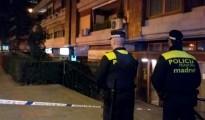 Imagen facilitada por Emergencias Madrid, de miembros de la Policia Municipal, en la zona donde esta noche un hombre de 41 años ha fallecido y otro de 44 ha resultado herido grave a consecuencia de un tiroteo.