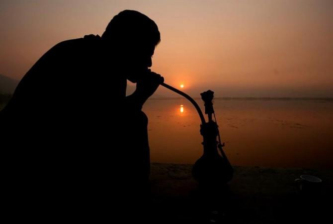"""Un cachemir fuma en """"narguila"""" (pipa de agua)."""