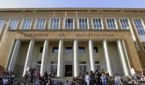 Estudiantes en las escaleras de la Facultad de Odontología de la Universidade Complutense de Madrid.