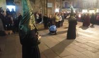 La imagen muestra a la mujer orinando ante la estupefacción de los participantes en la procesión y de los espectadores