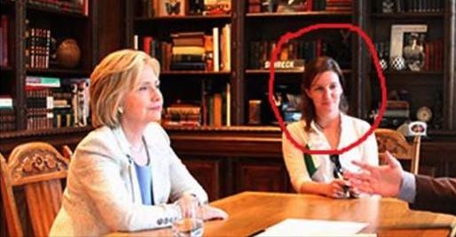 La hija de la presidenta de Planned Parenthood junto a la candidata demócrata Hillary Clinton.