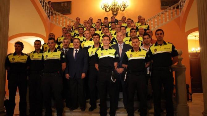 El exalcalde de Sevilla, Juan Ignacio Zoido, con oficiales de la Policía Local en 2011.