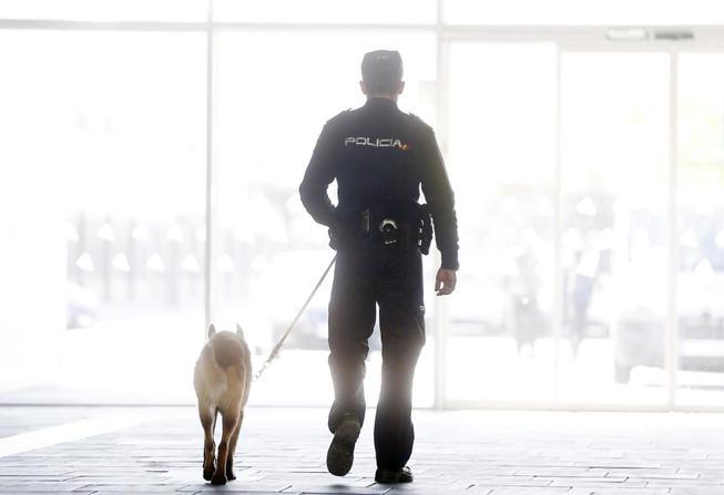 Un policía nacional, en la estación de tren de Valencia.
