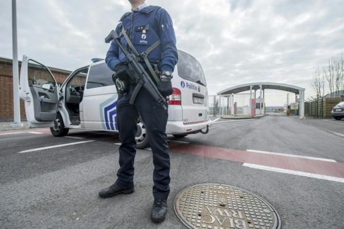 Un policía belga monta guardia en la entrada del aeropuerto de Bruselas, en Zaventem, el 22 de marzo de 2016