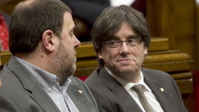 El presidente de la Generalitat, Carles Puigdemont, junto al vicepresidente, Oriol Junqueras
