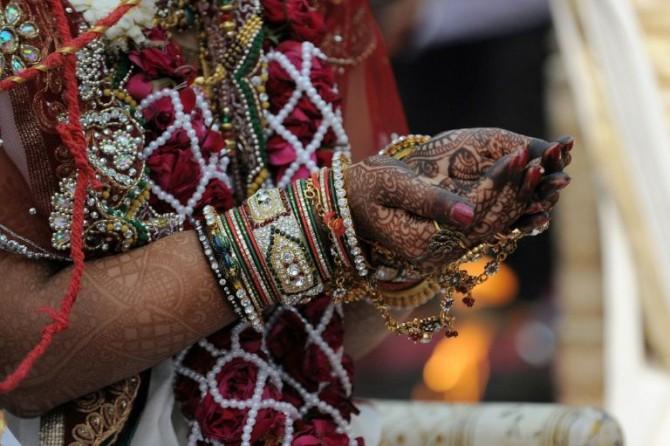 Las manos de una mujer india en Ahmedabad, en una imagen de archivo