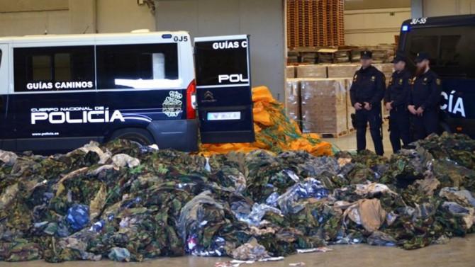 Los 20.000 uniformes decomisados por la policía española