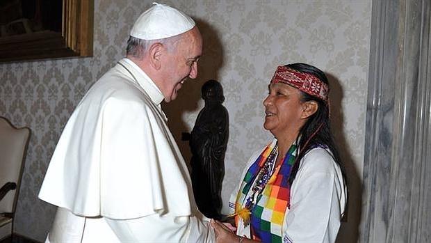 Milagro Sala. Líder kirchnerista, abortista y defensora de la igualdad de género. Encarcelada por fraude al Estado, asociación ilícita y extorsión. Francisco le envío un rosario.