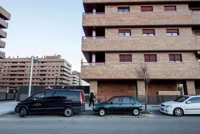 Vista de las inmediaciones de la vivienda en la que un bebé ha sido hallado muerto esta tarde y su madre inconsciente, en la urbanización El Quiñón de Seseña (Toledo).