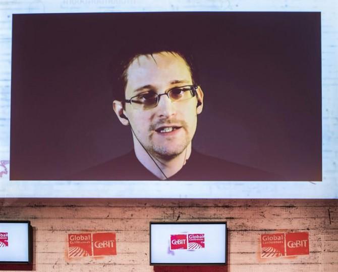 El exanalista de la CIA Edward Snowden habla por videoconferencia durante un debate celebrado en la feria CeBIT.