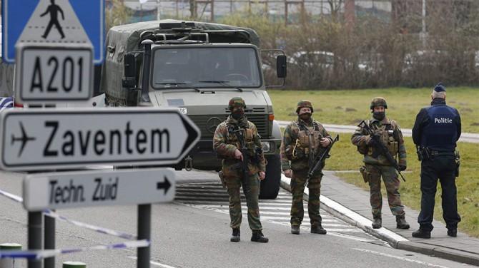 Soldados y policías belgas patrullan las inmediaciones del aeropuerto de Zaventem en Bruselas