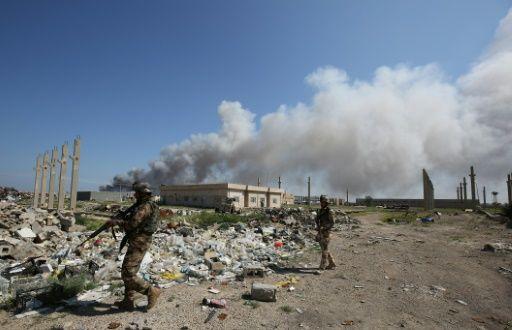 Soldados iraquíes patrullan el sitio donde ocurrieron ataques del Estado Islámico en Irak el 29 de febrero de 2016