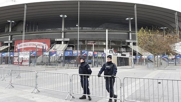 Policía en los aledaños del Estadio de Francia, en Saint Denis