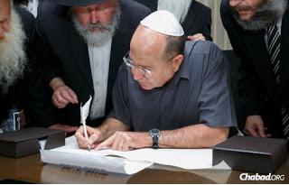"""El minstro de Defensa de Isreal, Moshe Ya'alon, habló sin tapujos el día 19 de enero: """"Si tengo que elegir entre Irán e ISIS, elijo a ISIS"""". Abaj, recitando una oración talmúdica."""