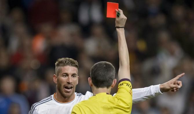 El árbitro Alberto Undiano Mallenco muestra la tarjeta roja al defensa del Real Madrid Sergio Ramos