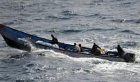 Un bote de piratas trasladando un rehén francés el 10 de septiembre de 2011 en el Golfo de Adén