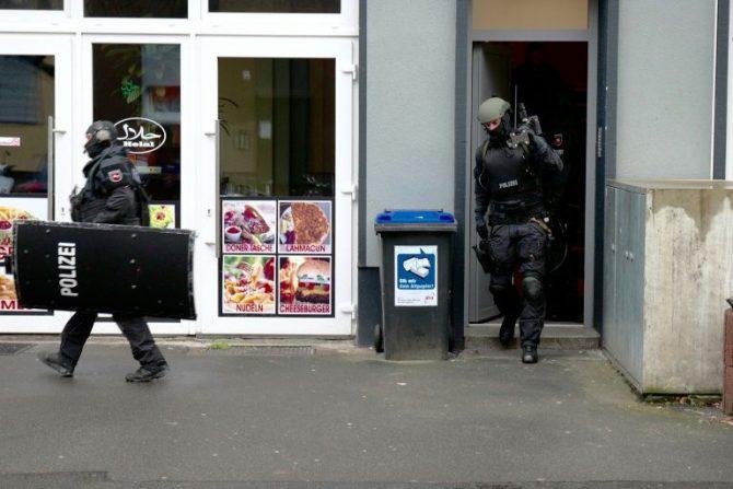 La policía sale de un edificio tras una redada en un piso en Hanóver