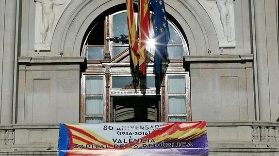 La pancarta republicana ya preside el balcón del Ayuntamiento de Valencia.