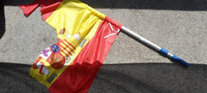 Los radicales destrozaron una bandera española.