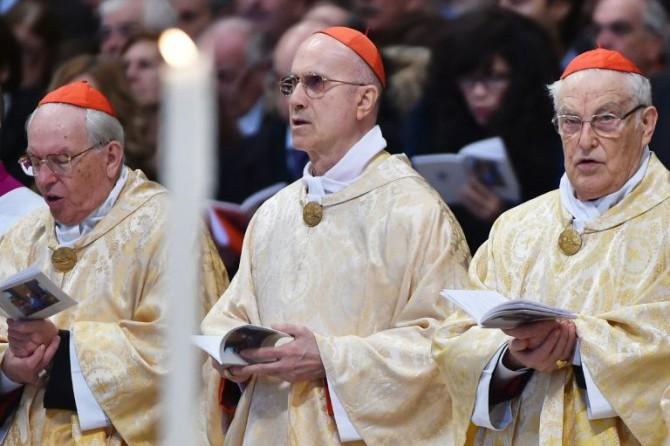 El cardenal Tarsicio Bertone (c) en una misa el 6 de enero de 2016 en la basílica de San Pedro, en el Vaticano