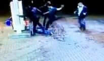 El grupo de asaltantes golpea al joven malherido