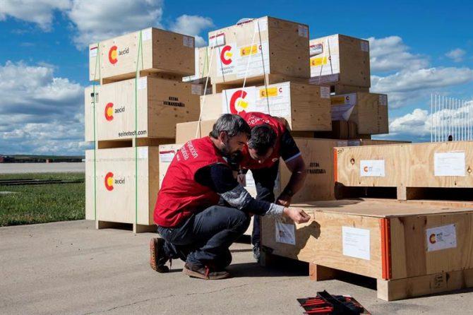 Fotografía facilitada por AECID que muestra a trabajadores de dicha agencia que revisan parte del envío de 12,5 toneladas de material de ayuda a Ecuador, hoy en la Base Aérea de Torrejón de Ardoz.