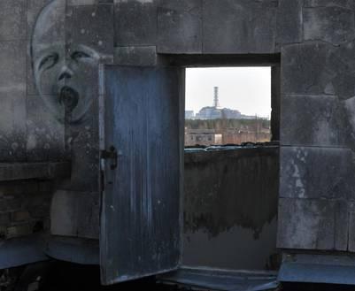 Aunque en Pripyat no puede vivir nadie (ni podrá vivir nadie por miles de años), se ha convertido destino de grafiteros clandestinos. Aquí, un dibujo en aerosol, con una vista privilegiada a la siniestrada planta nuclear.